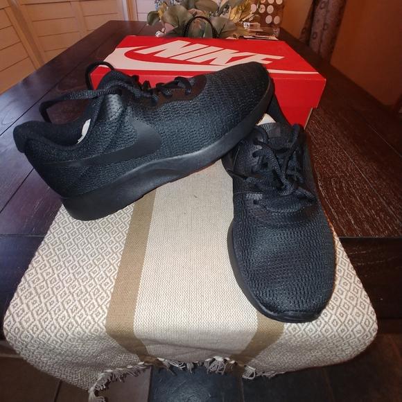 NIB Nike Tanjun black on black
